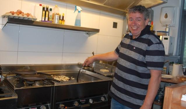 Ferrie Boers is dit jaar dertig jaar eigenaar van Café Railroad op het Museumplein in Ede. Een jaar geleden opende hij een broodjeszaak boven zijn café: Rail(b)road.