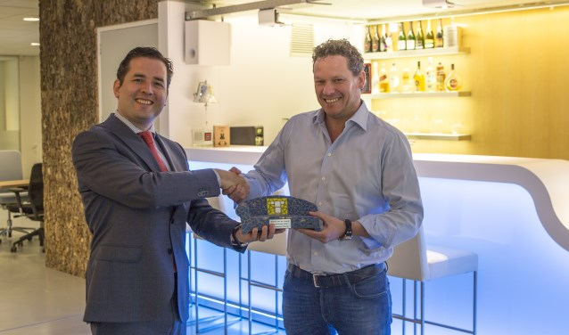 Wethouder Erik de Ridder reikte de prijs uit aan Ard Smulders, directeur/eigenaar van Cubics, tijdens een bezoek aan Cubics.