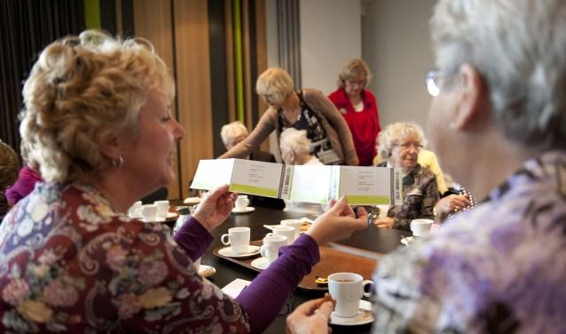 Onder het motto 'samen uit, samen genieten' organiseert Vier het Leven culturele uitjes met begeleiding voor ouderen die dit niet meer zelfstandig kunnen ondernemen.