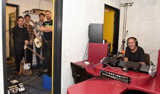 Leo Hoek van Dijke (r) heeft vaak live optredens in zijn programma Going Underground. Foto: Marianka Peters