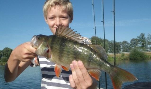 Een van de deelnemers van vorig jaar met zijn vangst.