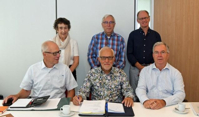 Het bestuur van de stichting Vrienden van IJsselOever: Henk Dekker, Peter Aalstein, Felix Schrandt, Jose Grandia, Peter Meulendijk en Aad de Jong. (Foto: C. Grandia)