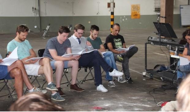 De spelers van de cast lezen samen het script door