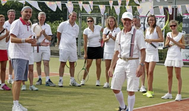 Houten tennisrackets, een driekwart witte broek én witte sokken, het concept van Classic Tennis.