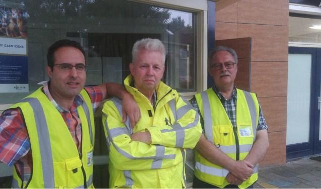 Het Buurtpreventieteam is een vriendenclub geworden. Vlnr Mohamed el Maijoul, Henk Weidema en Andre Weerwag. Foto: Frans Limbertie