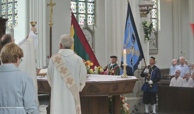 In het laatste weekeinde van Augustus, en dit jaar op zondag de 27e, is er maar één heilige mis.
