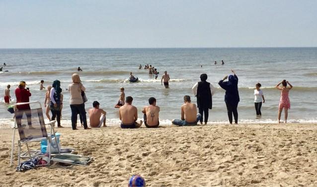 Een grote groep van 80 vluchtelingen en acht maatschappelijk begeleiders gingen een dag naar het strand.