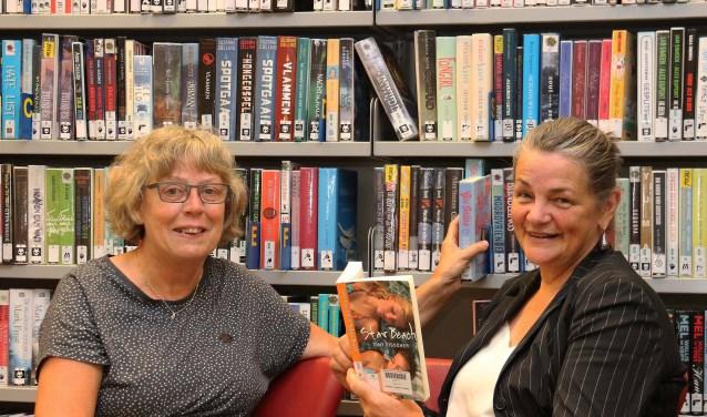 Marijke de Vos (l) en Mariet Wolterbeek van de Bibliotheek Z-O-U-T nodigen scholen uit voor een vrijblijvend gesprek. FOTO: Hanny van Eerden