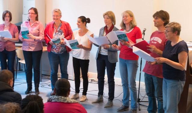 Een deel van de Close Harmony zanggroep tijdens een optreden. (foto: Maurice Gemmeke)