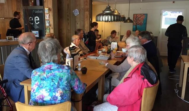 Deelnemers tijdens de Koffieplus in mei, met cognitieve fitness bij het eetatelier.