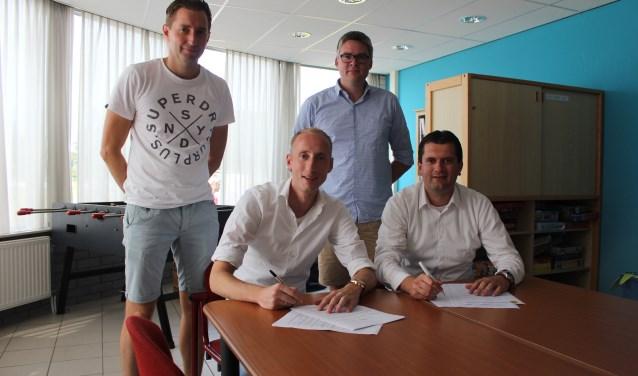 Steven Brink (Links) en Ronald Anbeek zetten onder toeziend oog van twee SKF-bestuurders hun handtekening onder het contract. (Foto: Henk Jansen)