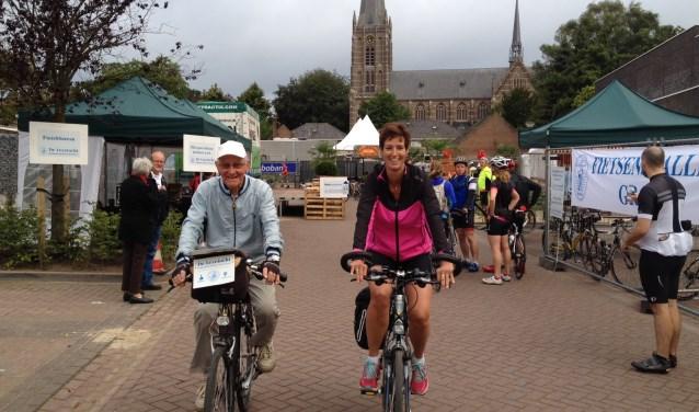 Gerard van de Put en dochter Petra vorig jaar bij het vertrek van de Leyetocht. Op 20 augustus staan ze weer aan de start om 100 kilometer te gaan fietsen.