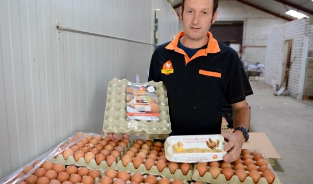 Gert Jan Lagerweij voor een pallet veilige eieren die verpakt worden voor zijn klanten.
