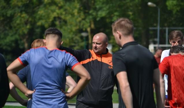Trainer Lucien Roeffen geeft aanwijzingen tijdens een training van vierdeklasser SIOL. (Foto: Gerno de Haas)