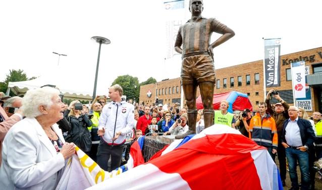 Louisa onthult het standbeeld van haar man Jan van Roessel. foto: Geert van Erven