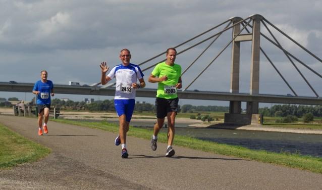 Deelnemers aan het hardloopnummer van de DijkenSport.nl. (Foto: DijkenSport.nl)