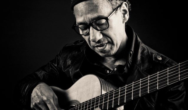 Gitarist Frank Ong-Alok leert ouderen gitaarspelen.