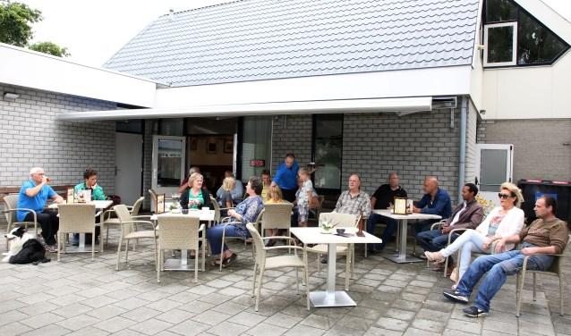 Chris van der Linden voorziet bezoekers van een drankje op het nieuwe terras.