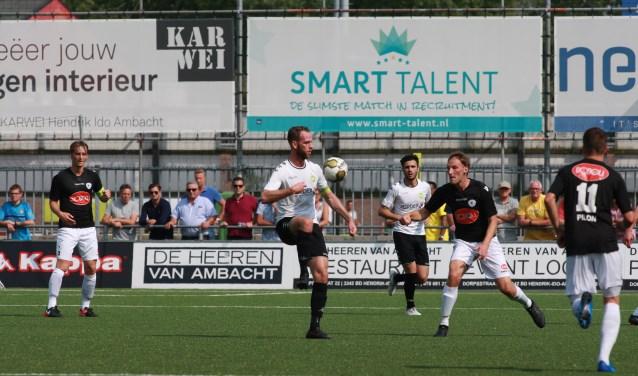 ASWH-aanvoerder Jesper van den Bosch controleert de bal. (Foto: Dik Schumacher)