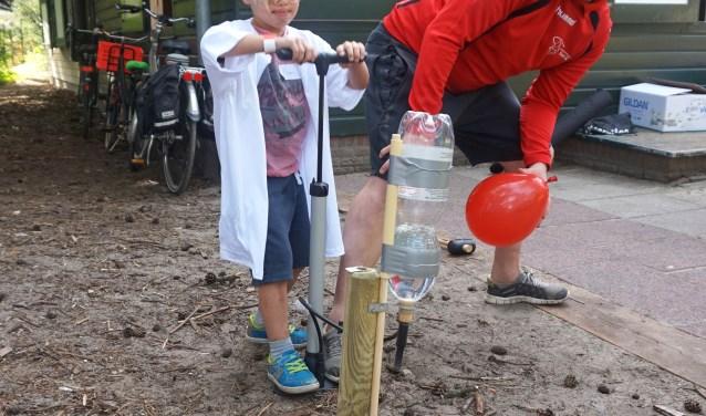 Een van de onderwerpen waar de BSO kinderen mee bezig waren tijdens de Raar Maar Waar-Dag: zinken en drijven.