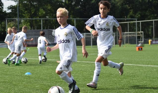 Vijf dagen lang krijgen 39 jongens en één meisje training van drie professionele Nederlandse trainers, die door Real Madrid zelf zijn opgeleid.
