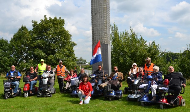 De deelnemers aan de Rolstoel Puzzelrit voor de Glazen Toren. Foto: Mimi van Rossem