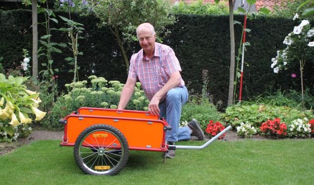 De voorzitter van de stichting heefteen fietsaanhanger aangepast. Voor reparatiemateriaal voor de fietsen, een EHBO-trommel, maar ook voor een picknickmand.