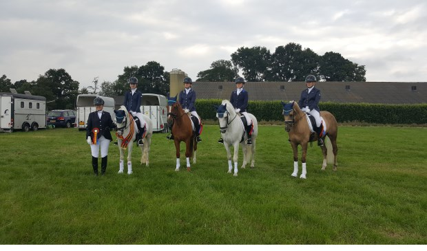 V.l.n.r. op de pony's: Malika Elshof, Lisa Bosch, Sascha Bosch, Zoë Bruggeman en commandant Janet Elshof