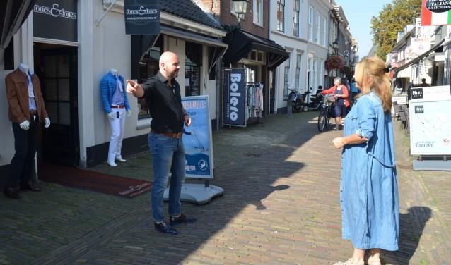 Remco Fekkes en Annette Coenen overleggen over het startpunt van de catwalk. FOTO: Ben Blom
