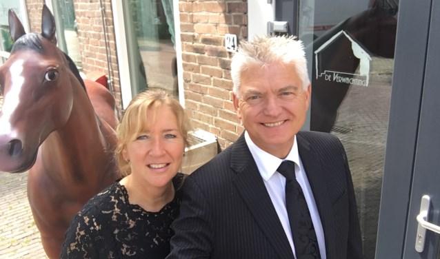 Peter en Esther de Neef voor hun leukste theater van Nederland in de Dorpsstraat in Ritthem. FOTO: Stichting Theaters aan Zee.