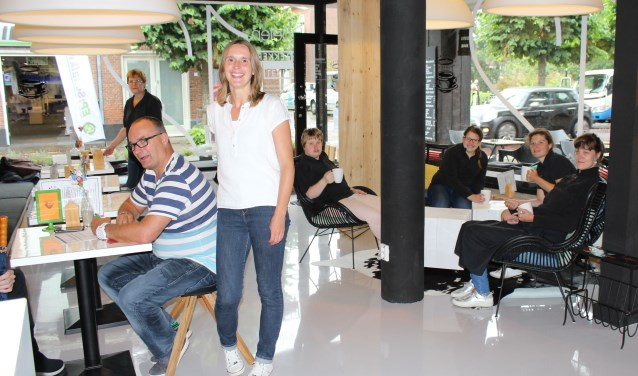 Cliënten/medewerkers van ZoLekker zijn net zo trots op hun lunchroom als hun begeleiders Marco en Krista (links). (Foto: Lysette Verwegen)