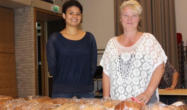 Towera Mkandawire en Margot van Hal zijn sinds kort aan de slag als intakers van de voedselbank voor de gemeente Sint-Michielsgestel. Foto: Wendy van Lijssel