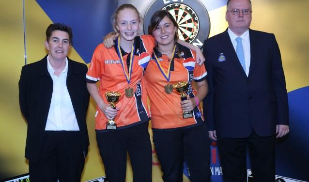Layla Brussel (tweede van rechts) won met Lerena Rietbergen (links naast haar) Europees goud bij de koppels. Foto: Evert Zomer.