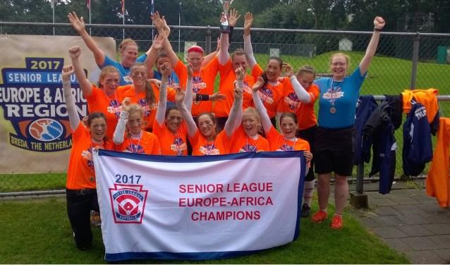 Voor Eva Versloot (tweede rij helemaal links) is softbal haar lust en haar leven. Naast school traint ze bijna iedere dag keihard, om uiteindelijk in de Nederlandse hoofdklasse te mogen spelen.