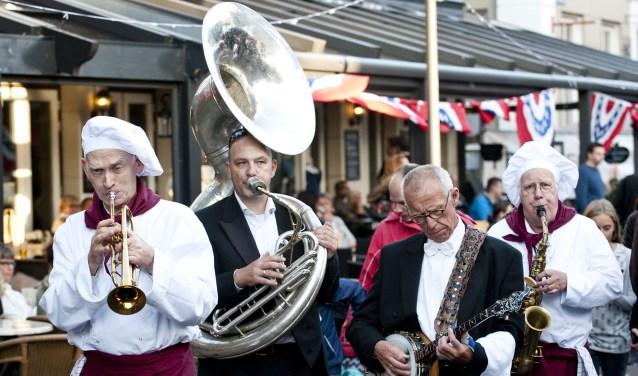 Meer dan veertig deelnemers maken van de binnenstad van Enschede één groot openluchtrestaurant tijdens Proef Eet. Er is ook muziek, straattheater en een bierplein. Foto: Emiel Muijderman/Tubantia