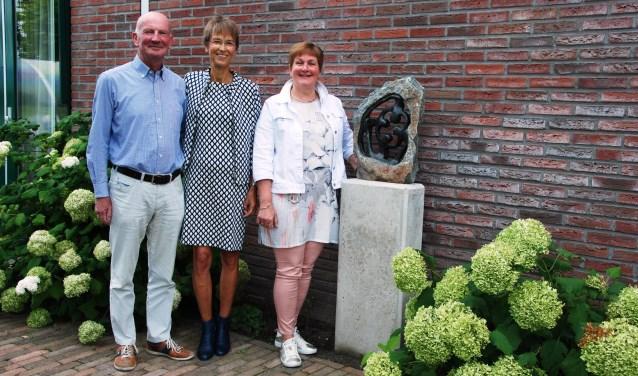 Het nieuwe beeld bij hospice De Cirkel heeft een ronde vorm en er staan mensen in centraal. Daarmee is de cirkel van saamhorigheid helemaal rond. V.l.n.r.: Peter en Carla van der Linden en Heleen Roos.