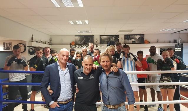 Op de foto op de voorgrond vlnr: Werner Finkenflugel, Teus de Kruyf, Ludo Straver.
