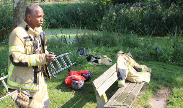 Langs de waterkant werd een kinderfietsje gevonden. Duikers onderzoeken de sloot. Foto: AS Media