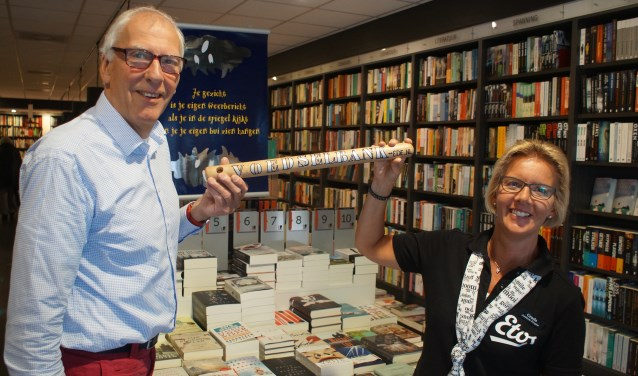 Jaap Dillen van Boekhandel Novita heeft het estafettestokje van de Voedselbank overgenomen van Etos.