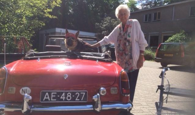 Het staat haar goed de Mg uit 1971. Zeker met zo'n stoere hond als passagier.