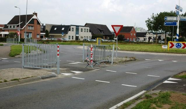 In korte tijd werd het hek op het 'pauzevlak' op de Bievankweg al twee keer omver gereden. Nu is er tijdelijk een dranghek geplaatst. Foto: Natasja Scheerder