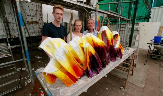 Ingmar Hummelink, Eva Jansen en Henri Hummelink bij hun gezamenlijk ontwerp De Zandlopers