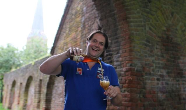 """Hans-Jurgen bij de Spanjaardspoort op de festivallocatie: """"Je drinkt het bier uiteraard uit een echt proefglas. Voor 5 euro borg krijg je een glas mee waarna je zelf kunt kiezen welke biertjes je wilt uitproberen."""" (foto: Feikje Breimer)"""