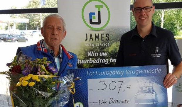 De heer Brouwer neemt de waardecheque in ontvangst van Jelle den Boer.