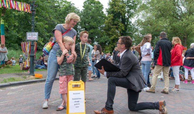 Stadsdichter Robbert Roos draagt een gedicht voor tijdens Zondag in 't Park. Foto: Hans Heemskerk