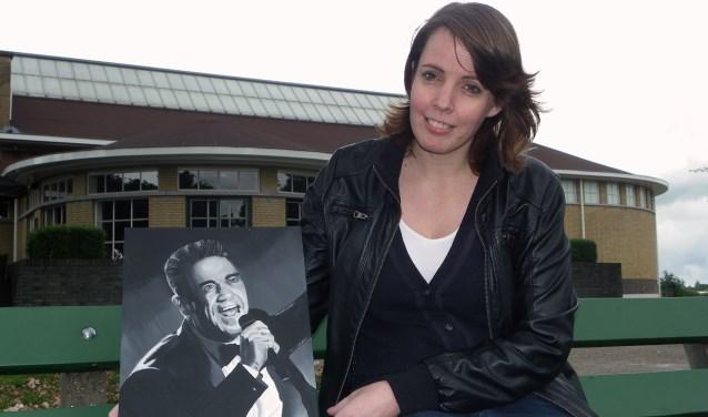 Muriël Mulder (met portret van Robbie Williams) geeft met haar columns de lezers van Gouwe Koerier een kijkje in haar leven. Veel dingen kunnen haar gelukkig maken.
