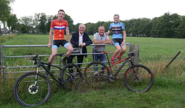 Van links naar rechts: Thom van Riessen, burgemeester Adriaan Hoogendoorn, voorzitter Arie ten Hove en Cleline Klootwijk