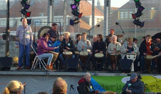 Ook tijdens het feest ter gelegenheid van 750 jaar Oudewater lieten de leden en vrijwilligers zien wat zij in hun mars hebben met een prachtig djembéconcert op een ponton in de Grote Gracht. (Foto: archief Onderling Sterk)
