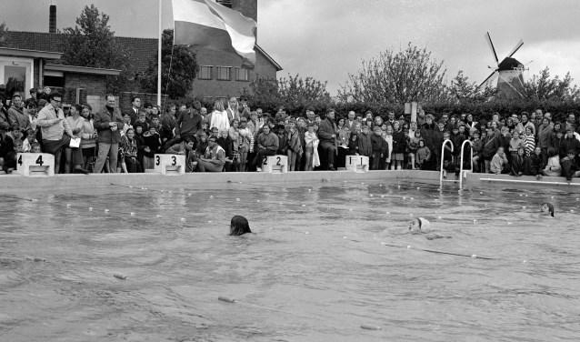 De opening van het verwarmde zwembad Poelendaele, langs het kanaal in Middelburg bij de huidige ophaalbrug. Op de achtergrond het PZEM kantoor. FOTO: Beeldbank ZB Planbureau en Bibliotheek van Zeeland