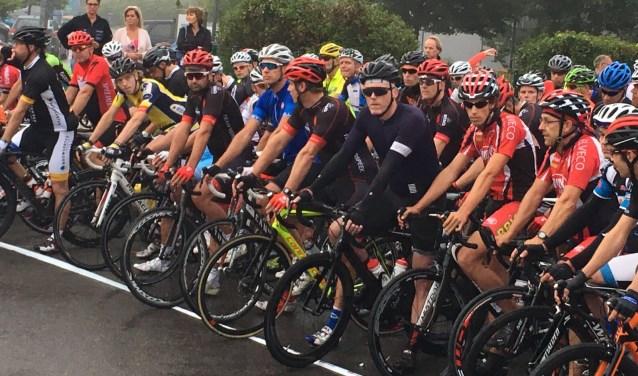 Gespannen renners vlak voor de start, om 7.00 uur 's ochtends in Diekirch. Zo'n acht tot twaalf uur later zijn velen van hen weer terug in Valkenswaard.